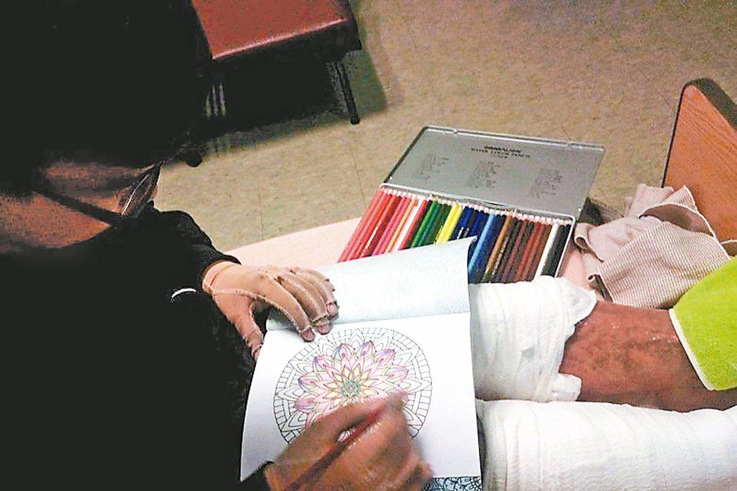 再次住院時,八仙傷患張承騏把著色本拿出來,一筆一筆上色,他開心地說「現在手可以這...