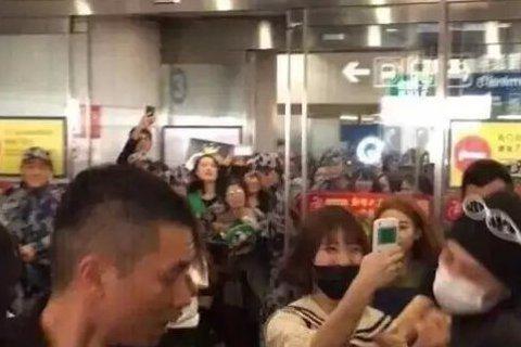 韓國天團「BIGBANG」的G-Dragon日前到北京工作,在機場就預到大批粉絲接機,場面一度混亂,不過在微博上流傳著一組照片疑似一名女粉絲因為太貼近GD拍照,遭到保鑣動手推人,不過全民星探提供的另...