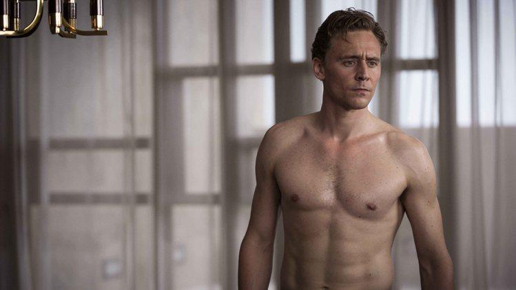 湯姆希德斯頓在「摩天樓」中有許多全裸上鏡的戲。圖/傳影互動提供