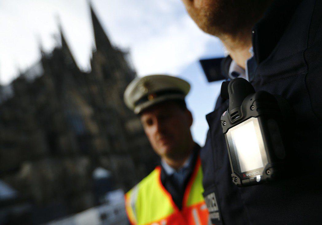 科隆性侵案後,「你們有武器,我們有科隆啤酒!」的自信不復存在,人們更需要的是監視...