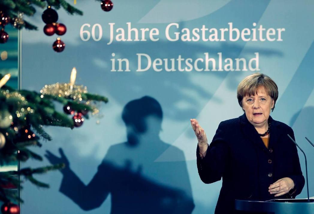 如果開放收留難民,則除了不影響經濟出口外,還可以在人口老化勞工昂貴的德國裡,為企...