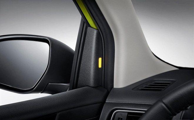 安全配備上,原廠也提供A柱盲點偵測系統警示燈。 摘自Nissan