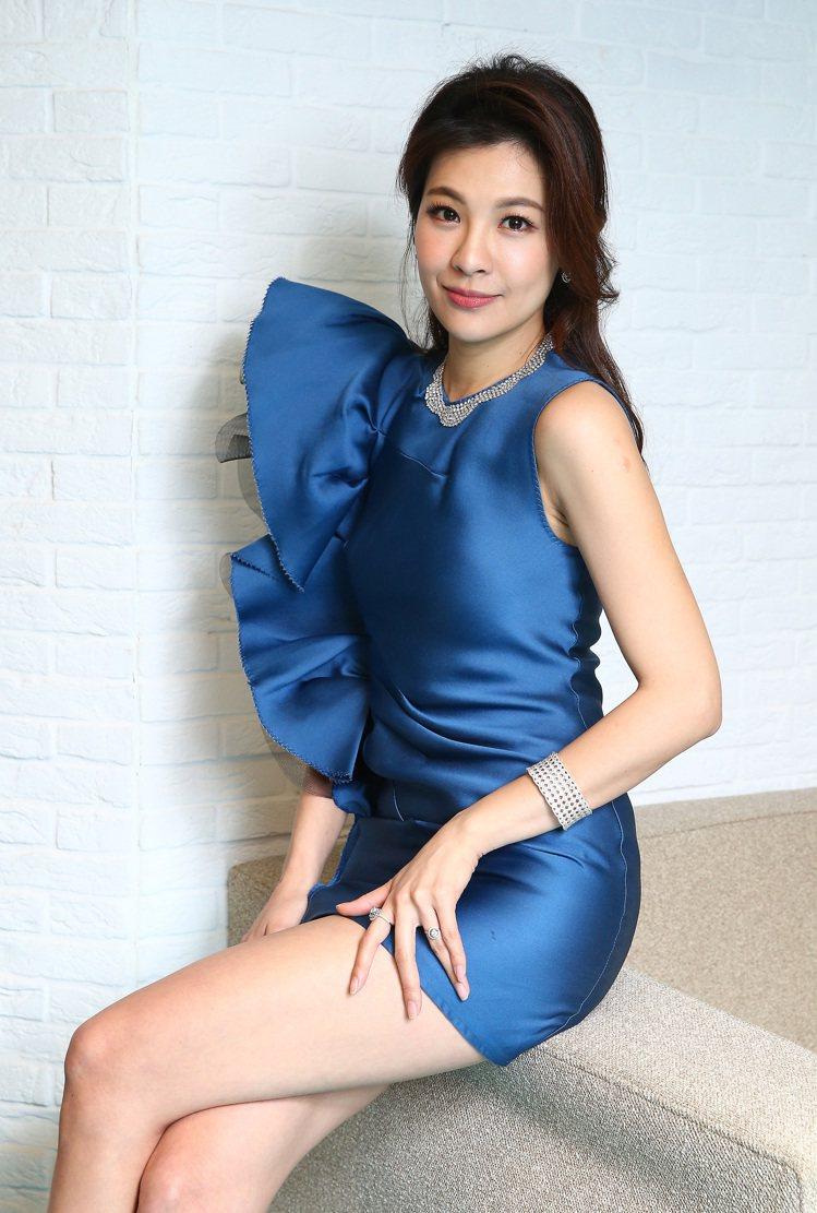 林若亞穿浪凡湛藍色禮服,配戴點睛品18K白金華麗鑽石項鍊、18K白金復古編織鑽石...