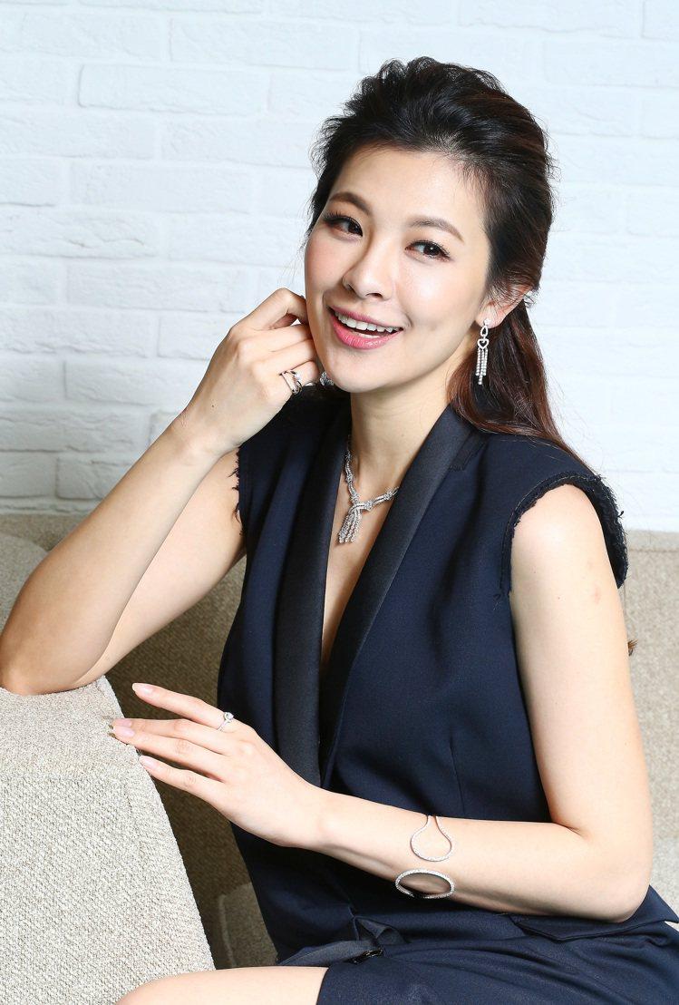 林若亞穿浪凡深藍色禮服,配戴點睛品18K白金鑽石流蘇項鍊、耳環與18K白金鑽石幾...