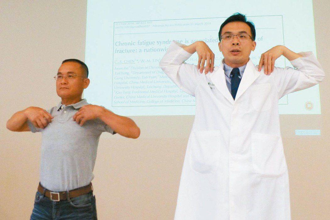 中醫師陳志昇(右)教導王姓水電行老闆(左)透過擴胸運動,鬆動筋膜紓壓。 記者趙容...