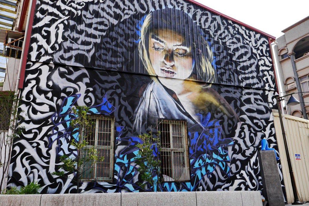 藍晒圖文創園區內的大型彩繪牆。 記者陳威任/攝影