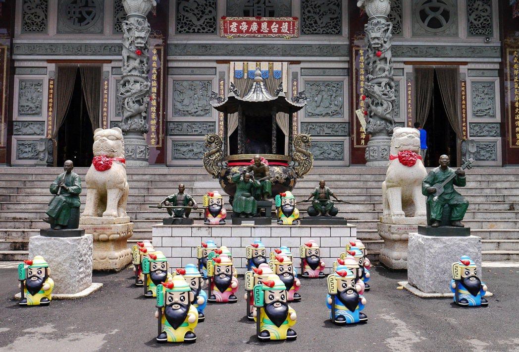 龍崎文衡殿外面有著成群的Q版關聖帝君公仔。 記者陳威任/攝影
