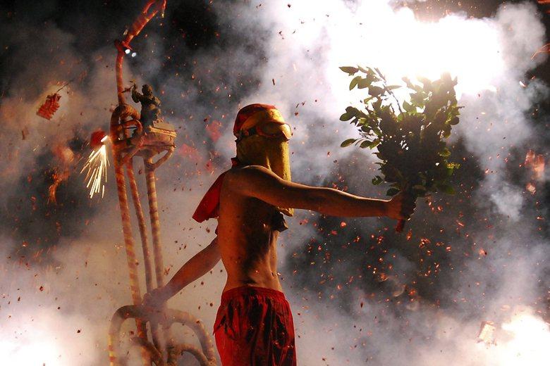 燃放鞭炮在民俗思維上有繁複多重的用意,如象徵神靈威信,常見於乩童、家將坐炮。 圖...