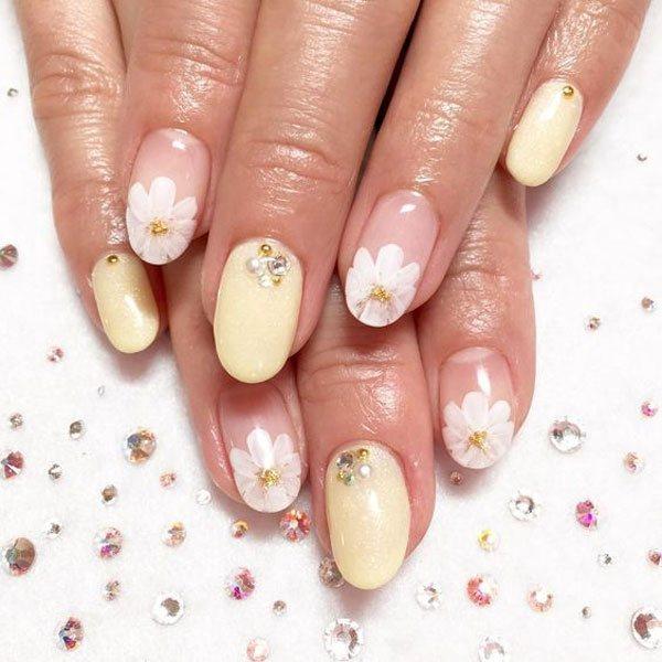 珠光暖黃色加上白色小花瓣,再用金亮的黃色點綴花芯,用小鑽裝飾,公主風~圖文:悅己...