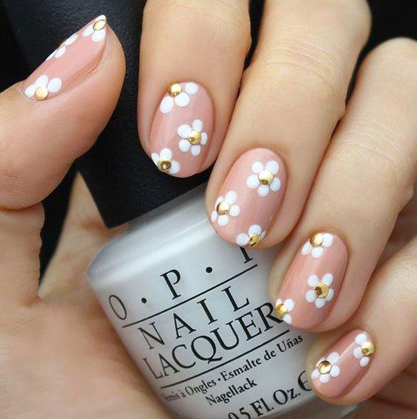 光面豆沙粉配以白色五瓣花,用金屬金做花蕊,讓人眼前一亮。圖文:悅己網