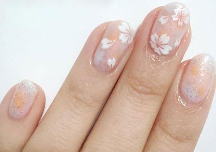 立體的櫻花在有粉有橘的亮晶晶中,喜歡櫻花的你還不趕快!圖文:悅己網