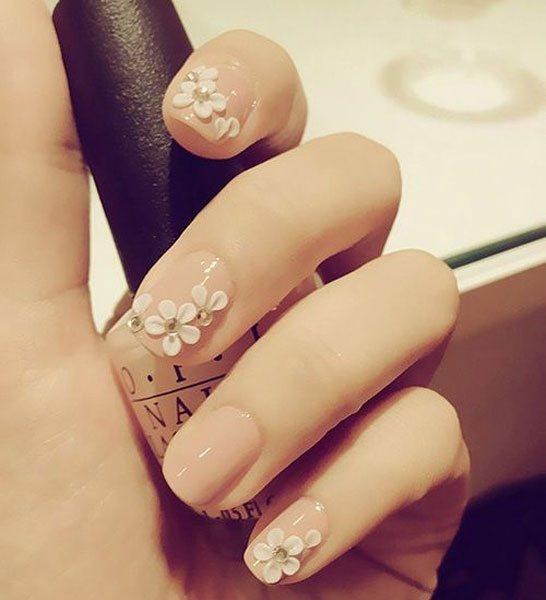 立體的花瓣貼片,搭配光面裸粉色,百搭的!圖文:悅己網