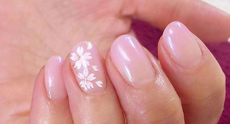 漸變粉色,加上只有一只甲面塗有五瓣花,少女又簡潔。圖文:悅己網