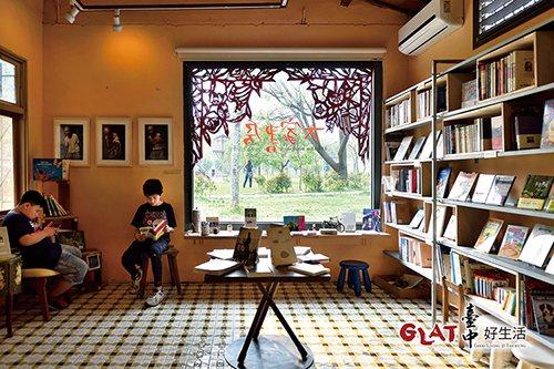 書櫃上擺的都是書房主人精心挑選的好書,也有繪本和漫畫。