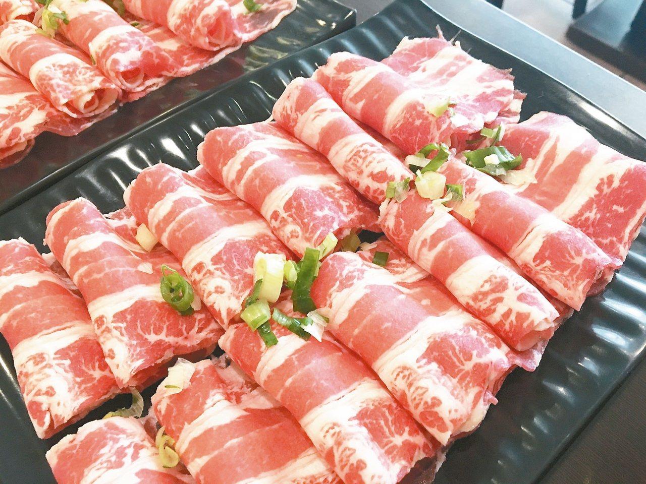 帝王蟹雙人套餐,隨鍋附有兩份精緻肉品。 記者張裕珍/攝影