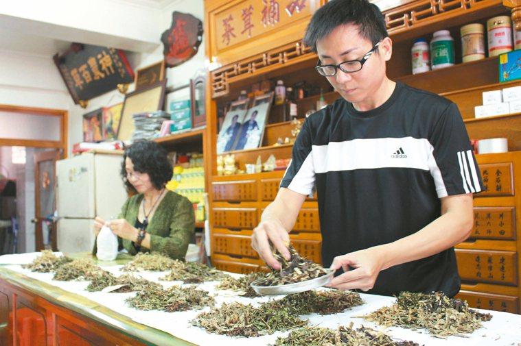 詢問天然防蚊包的民眾增多,中藥行店員忙碌的手沒停過。 記者姜宜菁/攝影