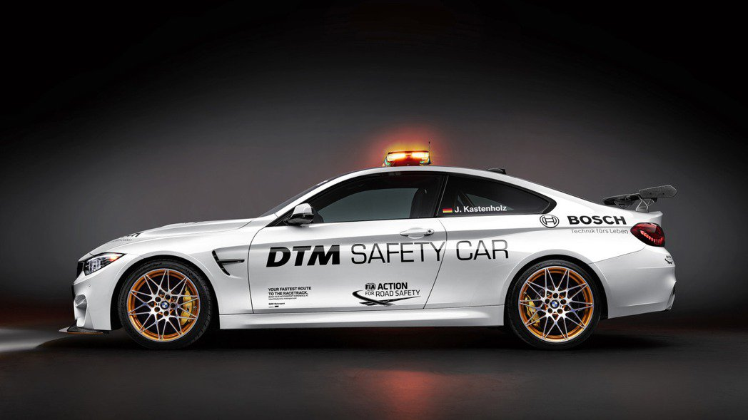 M4 GTS Safety Car大抵維持量產版的外觀樣貌,同樣配有可調式前下擾...