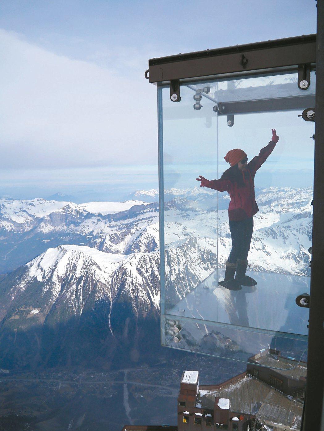 突出於山壁之外的玻璃屋,果真步步驚心。 記者羅建怡/攝影