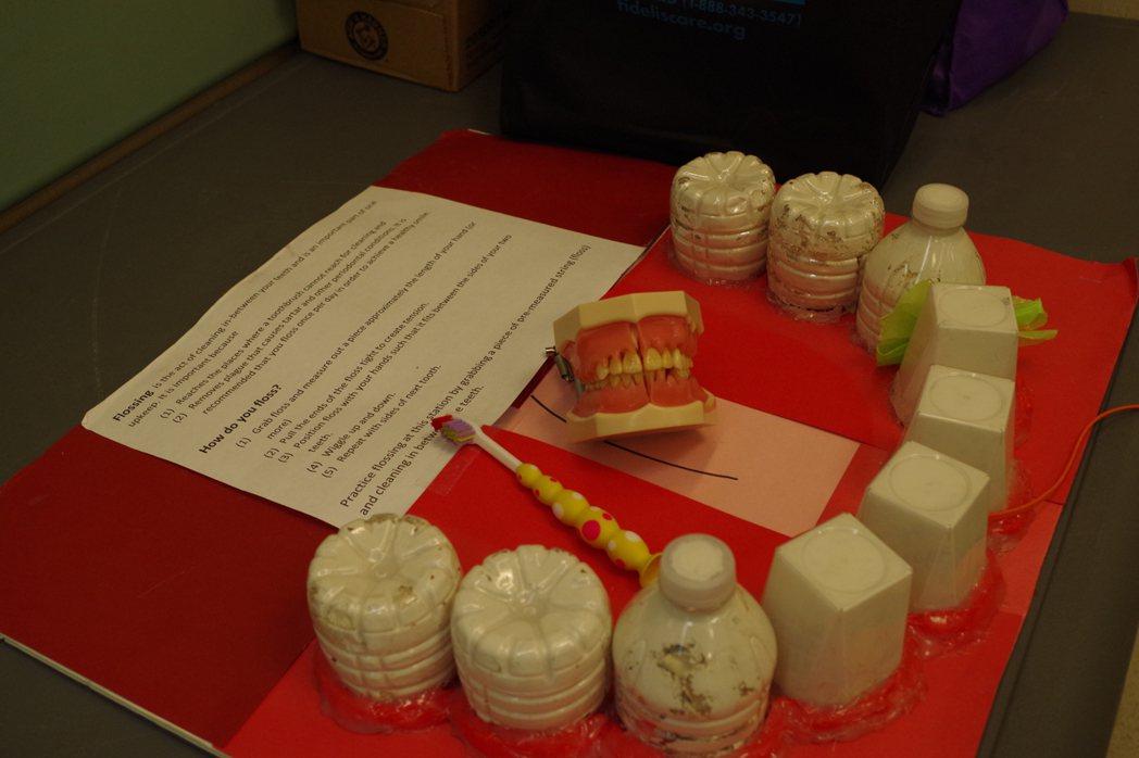 王嘉廉社區醫療中心的牙齒健康教育活動向民眾展示牙齒護理道具。(記者金春香/攝影)