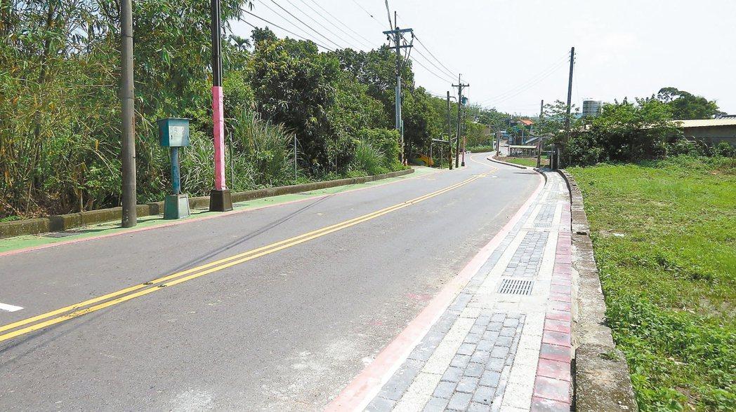 通學步道,119縣道一側(左)用顏色區分,另一側水溝加蓋,並提高路面,讓學童行走...