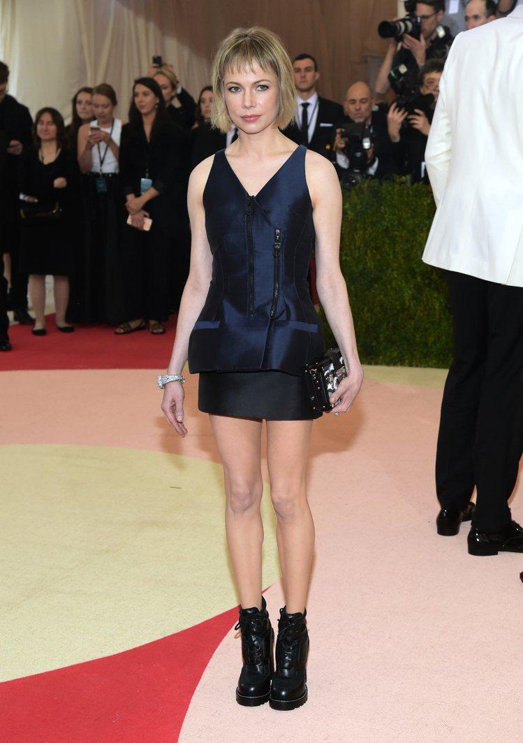 蜜雪兒威廉絲以 Louis Vuitton 套裝登上紅毯。圖/美聯社