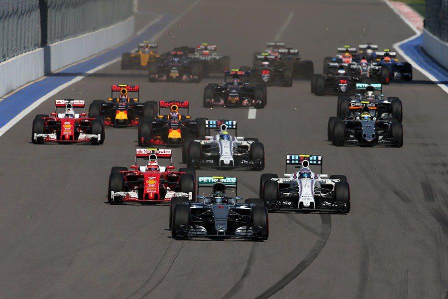 正賽前半段便「撞」況頻傳,Red Bull Racing車隊的Daniil Kv...