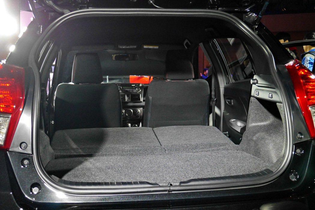 行李箱配備平整化套件。 記者陳威任/攝影