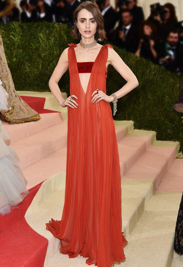 莉莉柯林斯穿Valentino禮服,配戴Tiffany Archive古典珍藏庫...