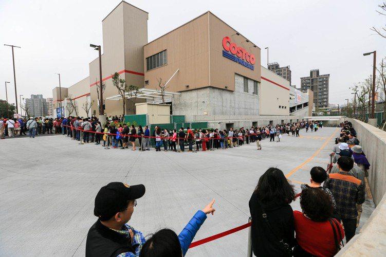 好市多北投店日前開幕,一開幕就送出6千份早餐及15000份Persil洗衣膠囊,...