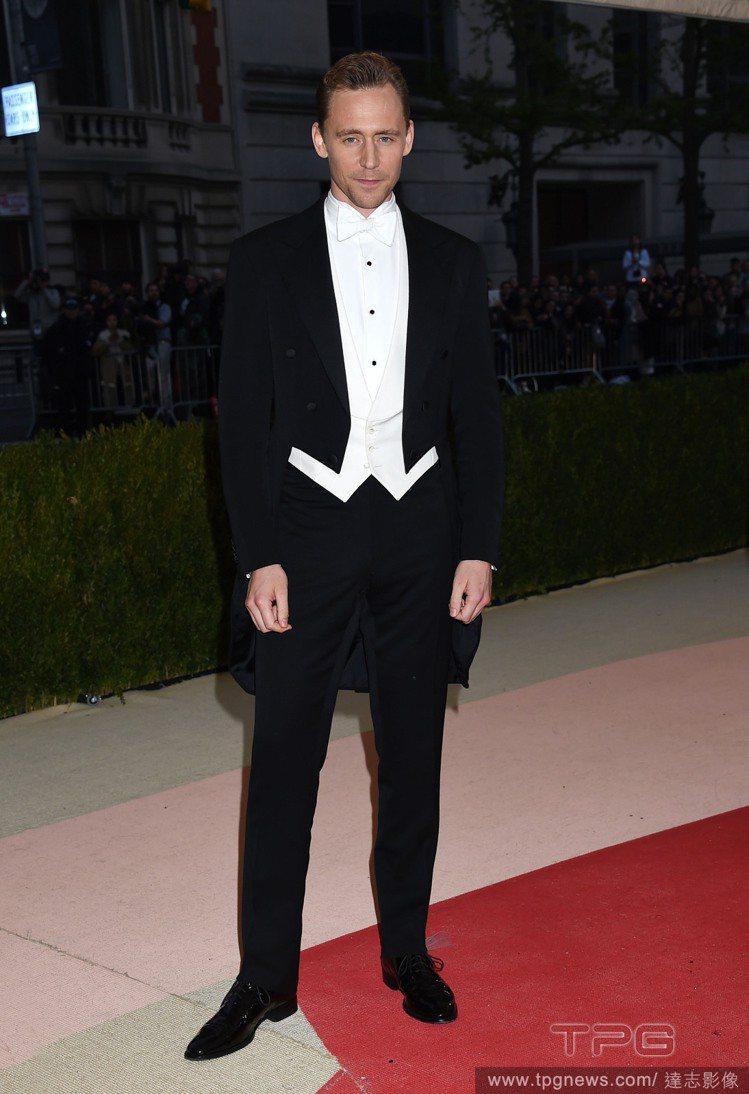 英國男神「洛基」湯姆希德斯頓則穿上 Ralph Lauren Purple La...