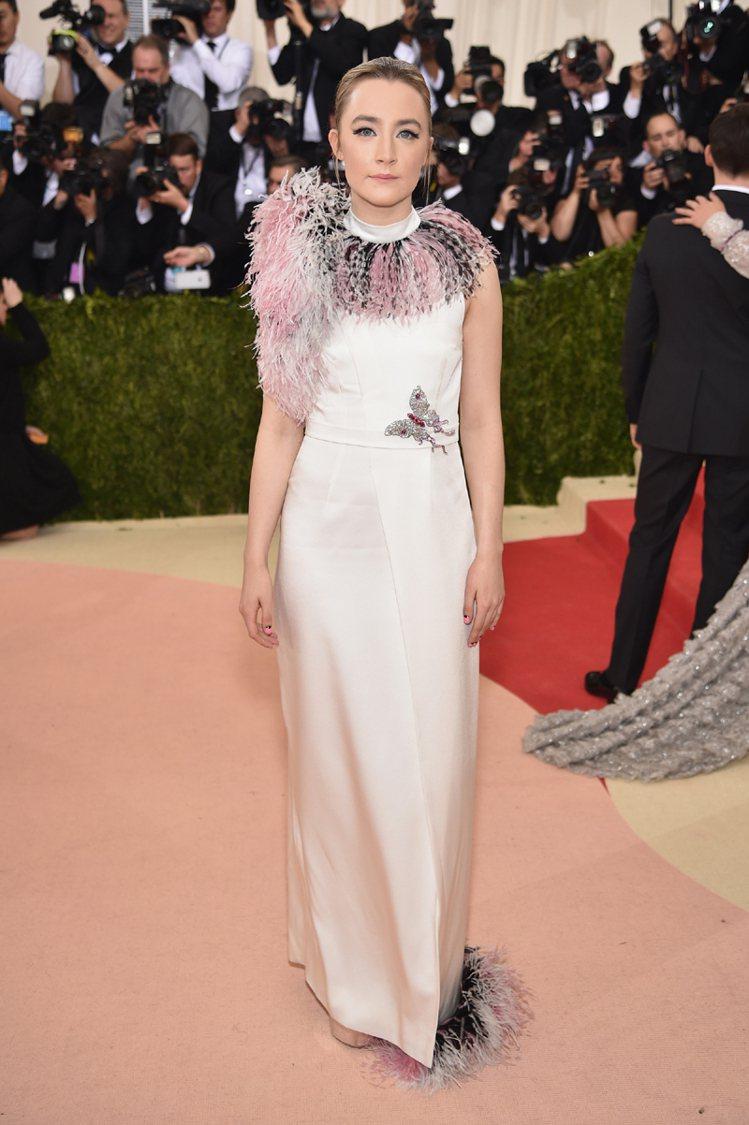 新生代實力女演員莎柔絲羅南在紅毯上以一身 Christopher Kane 白色...