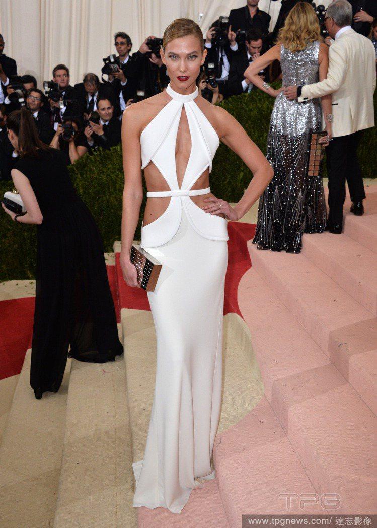 Karlie Kloss 穿 Brandon Maxwell 鏤空白禮服。圖/達...