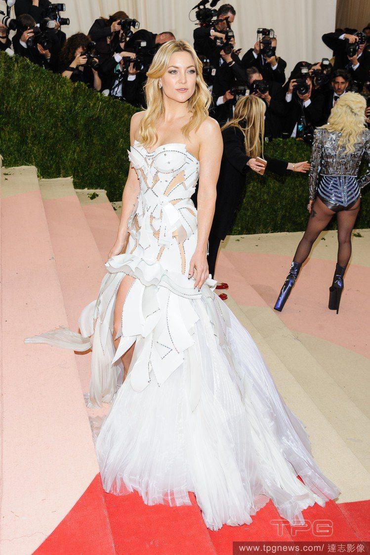 凱特哈德森在紅毯上穿 Versace,蓬蓬裙擺有如一位來自雪國的公主。圖/達志影...