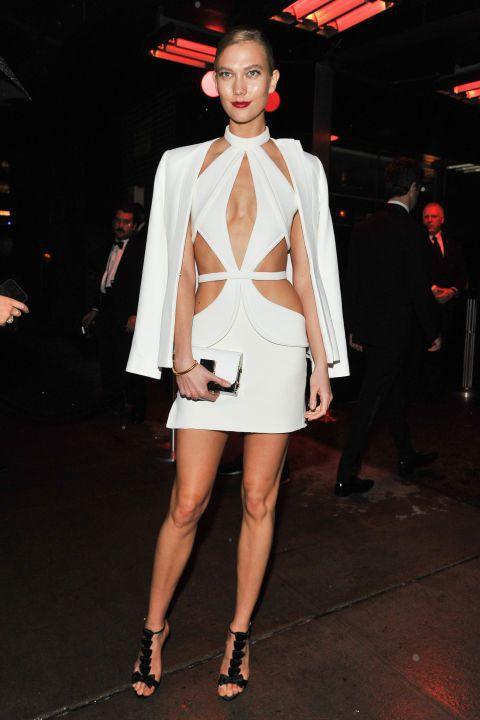 Karlie 的鏤空白禮服在設計師 Brandon Maxwell 本人操刀下立...