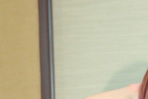 徐懷鈺從合約糾紛的低潮走出後,現在獲得經紀人葛福鴻的搶救,復出動作頻頻,而外型也被懷疑「進廠精進」過,甚至指出她的復出路線,根本就是照著當年蔡依林模式在走。據《壹週刊》報導,徐懷鈺之前因為合約糾紛有...