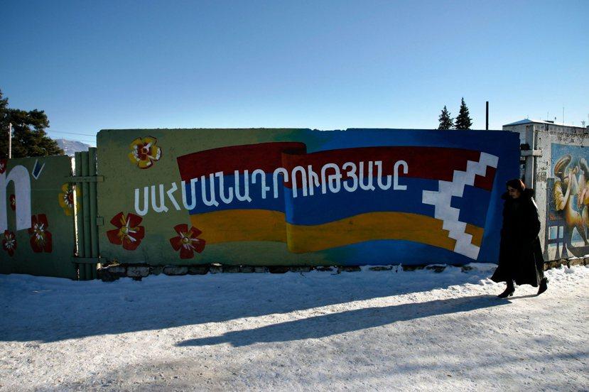 舒沙一處牆壁上彩繪著代表戈爾諾-卡拉巴赫共和國國旗的紅藍黃三色。 圖/歐新社