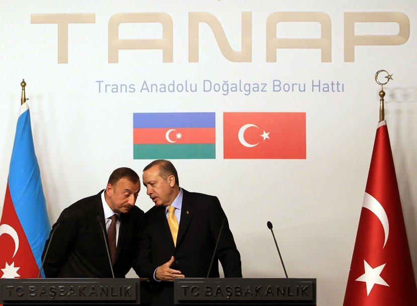 2012年亞塞拜然總統(左)與土耳其總統(右)一同出席「TANAP天然氣管線合作...