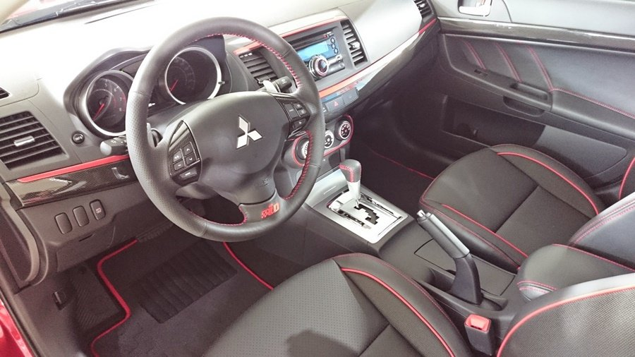 Lance Fortis內裝保有原紅黑配色的動感設計,並追加了防夾電動天窗。 記...