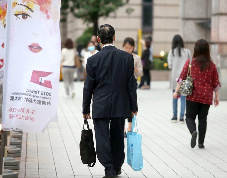 學者提出警訊,台灣已出現男性未滿55歲就「急退」的現象,且趨勢持續往下,呼籲政府...