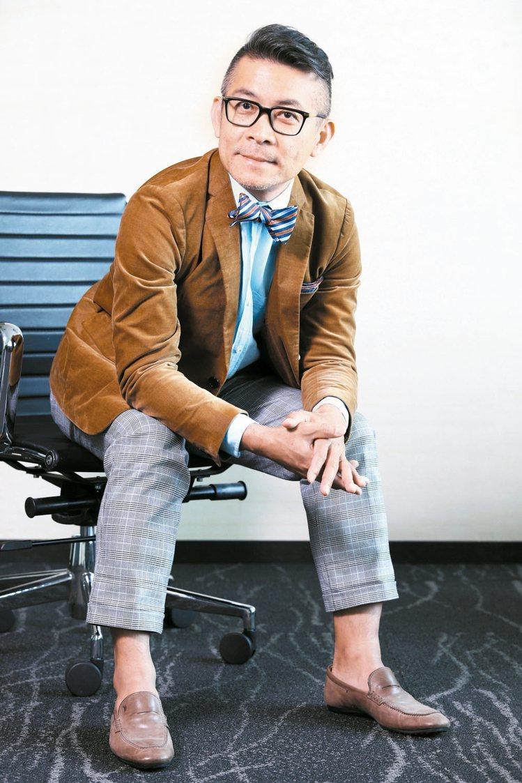 劉家豪認為,在正裝上透過色彩做變化,可為上班帶來樂趣。 記者楊萬雲、徐兆玄/攝影