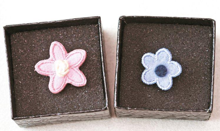 日本買的小花胸針,呼應他喜愛的自然元素。 圖/袁青提供、記者楊萬雲、徐兆玄攝影