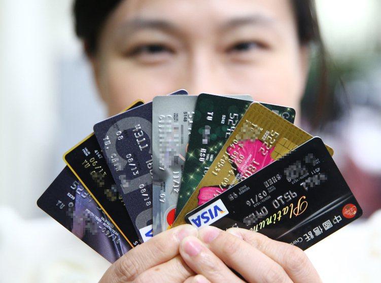 使用信用卡繳稅,民眾可以依據是否收取手續費、是否提供分期0利率以及額外的回饋機制...