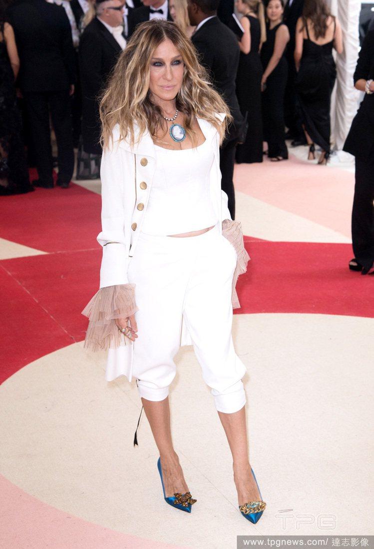 莎拉潔西卡派克在日前盛大舉行的 Met Gala 中以一身白色宮廷風式的褲裝現身...