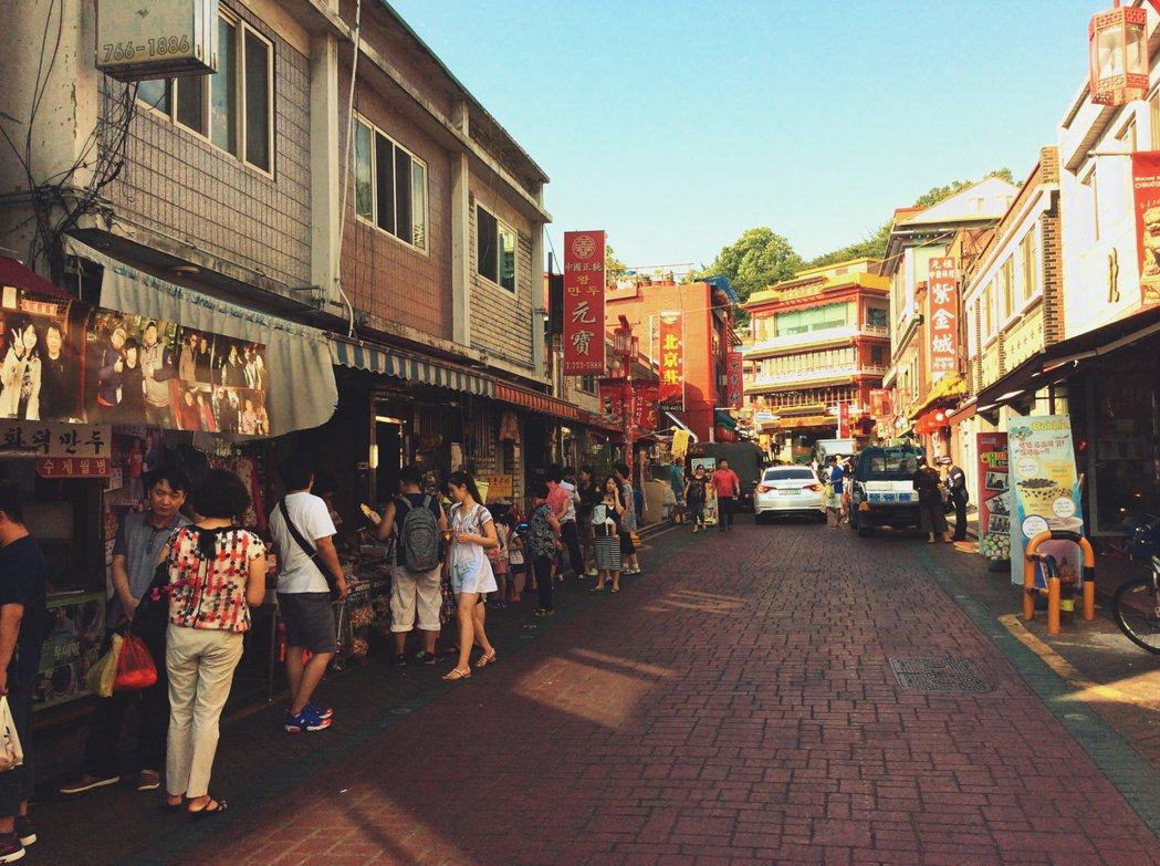今日觀光客循著旅遊指南前往的仁川中國城,實際上是2004年韓國政府主導重建之後的...