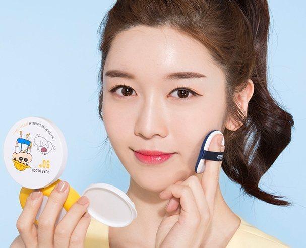 Apieu居然推出了氣墊粉餅包裝的革命性防曬乳,附上小鏡子外出補妝也很方便。圖/...