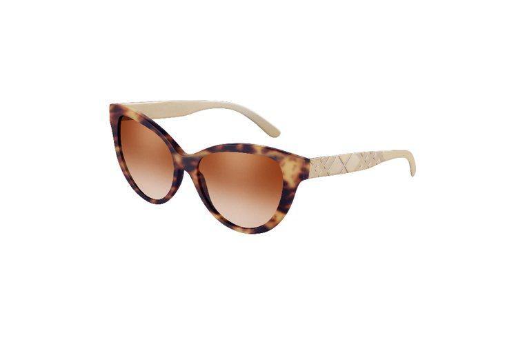 把玳瑁圖案與格紋結合,是今年Burberry太陽眼鏡的特色之一。圖/Burber...