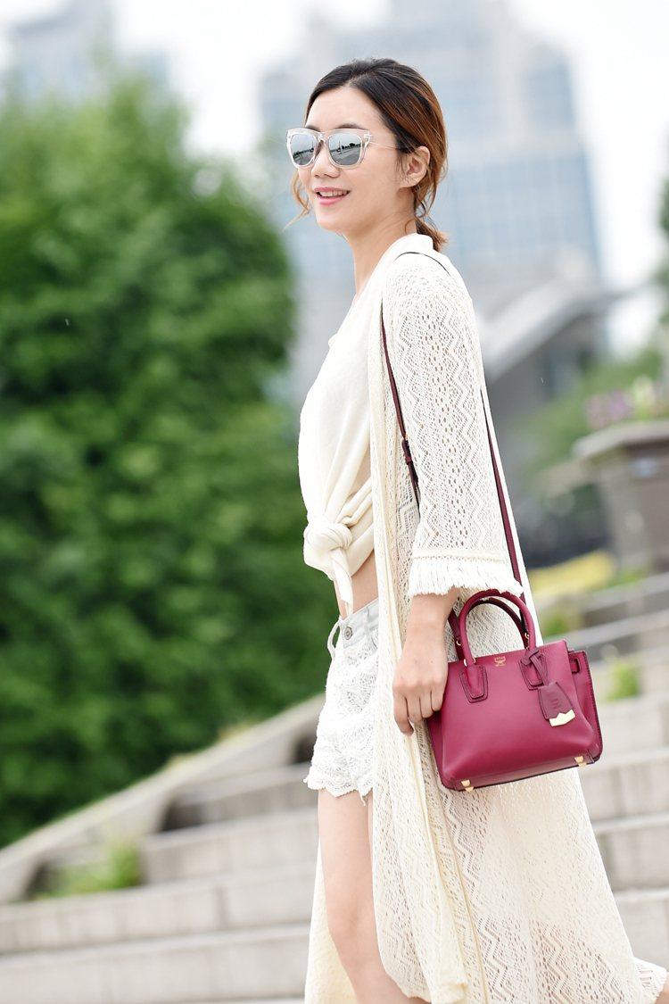 MCM Milla小型甜粉色手袋。圖/MCM提供