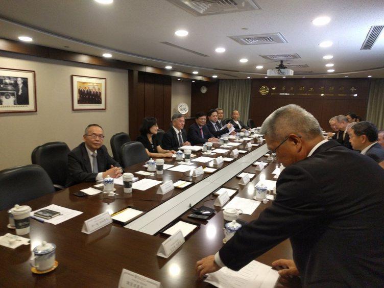 準經濟部長李世光(左三)上午拜會工商協進會。記者張為竣/攝影