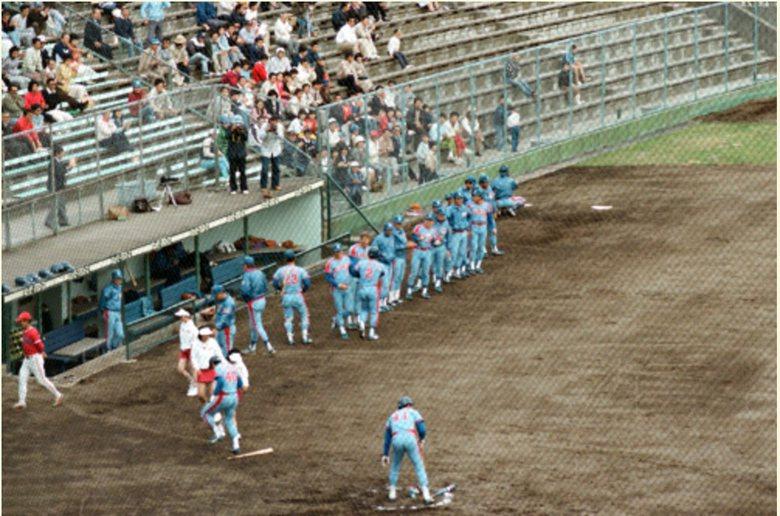 當年球隊得分情景,可以看見宮城球場觀眾人數不多,幾乎與球員零距離,座椅也是地方球場常見的長條不鏽鋼板。 圖/取自rakuten.co.jp