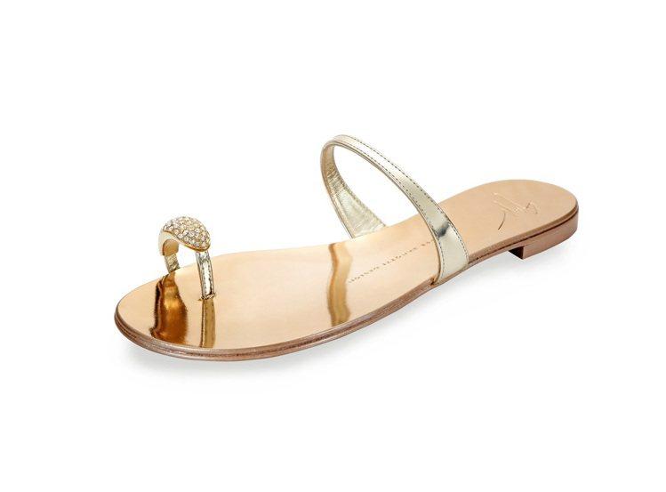 水鑽指環金屬平底涼鞋,售價18,800元。圖/Giuseppe Zanotti ...